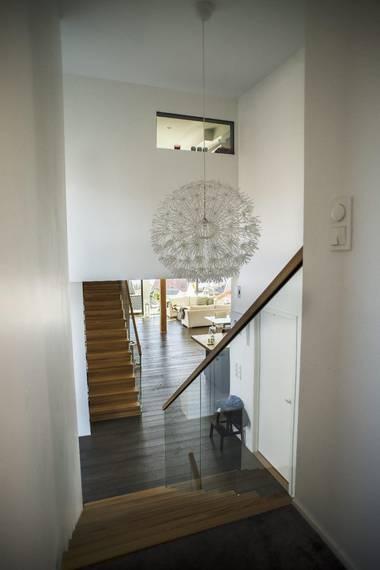 TO FLØYER: Trappen nærmest går opp til barna sin fløy, på motsatt side går den opp til foreldrenes soverom. Oppe til høyre er vinduet inn til foreldrenes bad. FOTO: Elias Dahlen