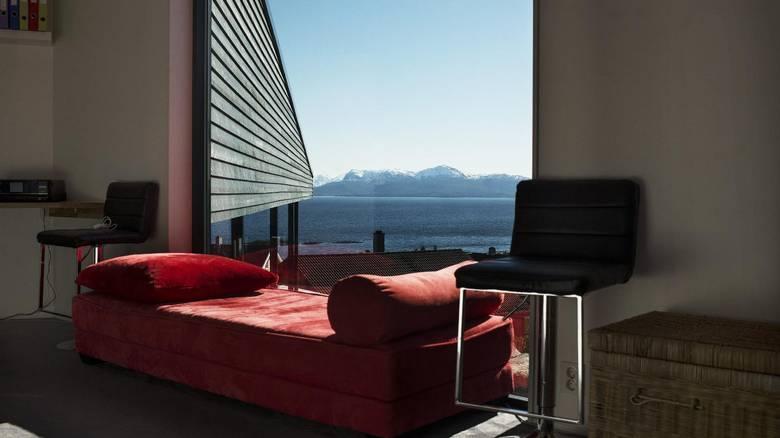 LESESTEDET: Oppe i fløyen til ungdommene er det en rød sofa. Her er det deilig å ligge og lese en bok. FOTO: Elias Dahlen