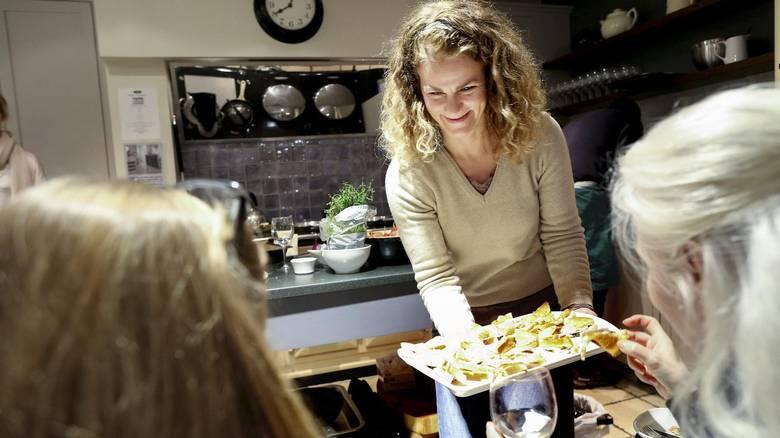 SERVITØR OG DESIGNER: Anniken Granerud hos AGA-forhandler Fired Earth. Å ta på seg rollen som vertskap og servitør på de faste AGA-kveldene trives hun godt med. FOTO: MONICA STRØMDAHL