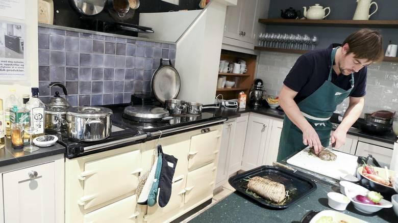 HYGGELIG JOBB: Joachim Mustad trives med jobben som demonstrasjonskokk, der han både skal skape god stemning, god mat og få kundene til å kjøpe ovn, eller bli enda mer fornøyd med den de har. FOTO: MONICA STRØMDAHL