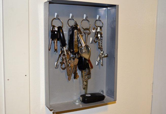 """Hvor mener du det er ehrrm... """"mest naturlig"""" å finne igjen nøklene? Stem i bunnen av saken! FOTO: Erik Hanøy"""