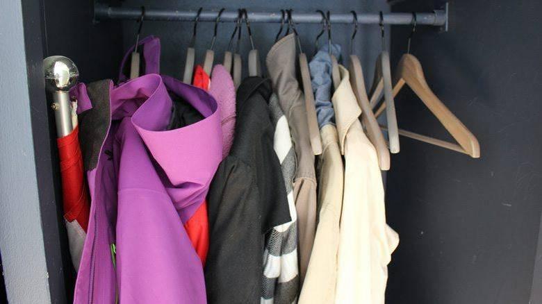KAST: Gå gjennom klesskapet. Er det plagg du ikke har brukt på flere år? Vurder om du kommer til å bruke dem igjen. FOTO: Synne Hellum Marschhäuser