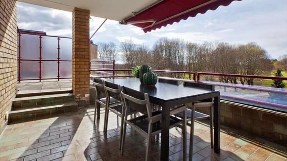 OPPUSSINGSOBJEKT: Fireromsleiligheten ble solgt to millioner kroner over takst. Den er 113 kvm stor og har 38 kvm stor terrasse. FOTO: Dagfinn Hobæk