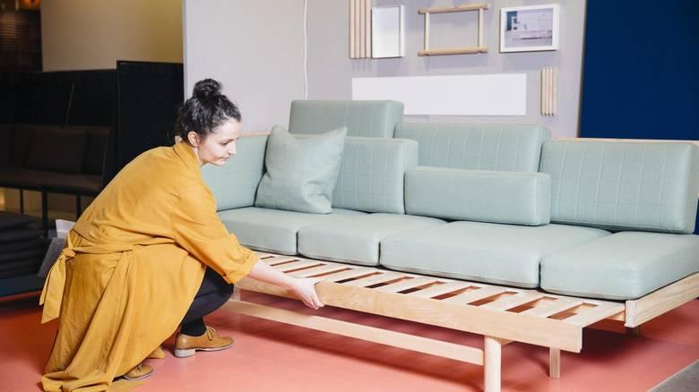 HOLDBAR: Sofaen er laget av ask og tekstil i ren ull. - Å jobbe med denne typen naturmaterialer er bærekraftig og materialene tåler tidens tann, forteller designer Silje Nesdal. Hennes mål er å lage produkter og møbler som holder seg over tid. FOTO: Emma Mattson