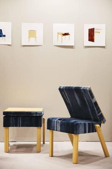 BARK: Den svenske designduoen Ivar Forss og Emil Zetterlund stilte blant annet ut sin Stol no12, en sammenleggbar stol som også kan fungere som avlastningsbord. Stolen er en del av kolleksjonen Bark. FOTO: Emma Mattson