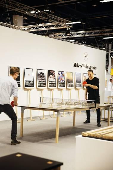 BORDTENNIS: Arkitekt Julian De Smidt (til høyre) er en av gründerne bak MWA. Han satser på smarte møbler som kan bygges uten verktøy og skruer. Ping pong-bordet kan brettes sammen og brukes som spisebord eller arbeidsplass. FOTO: Emma Mattson
