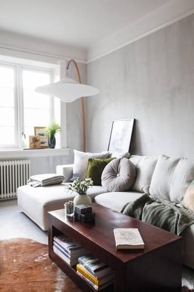 SOFAKROK: Den lille stuen rommer en romslig sofa. I stedet for at bilder henges på veggen, er de i stadig forflytning fra rom til rom, enten stående opp mot veggen eller oppå møbler. FOTO: FILIPPA TREDAL