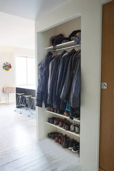 ENKEL OPPBEVARING: Jakker og sko får plass i en snekret nisje i gangen. Enkle materialer, som en stang til kleshengere og malte MDF-plater, var det som skulle til. FOTO: FILIPPA TREDAL