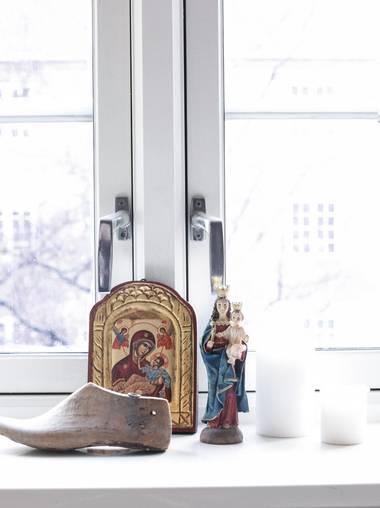 STILLEBEN: I vinduet finner vi et lite oppsett av håndverk og religiøse symboler. FOTO: FILIPPA TREDAL