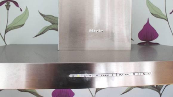 Børstet stål kan være en utfordring å vaske. Fingeravtrykk fjernes med matolje og tørkepapir, evt. vask med grønnsåpevann, ifølge boken «Ren glede». Et annet alternativ er å dyprense stålet med rødsprit og tørkepapir. FOTO: SYNNE HELLUM MARSCHHÄUSER