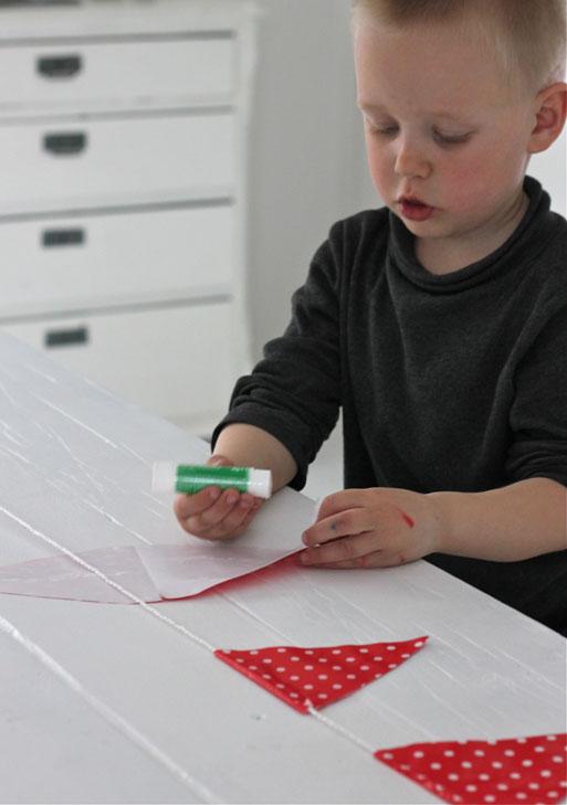BARNEARBEID: 17. mai er barnas dag, så da kan de jo hjelpe litt til også. En dekorativ vimpelrekke av gavepapir lages enkelt på noen få minutter. FOTO: Stina Andersen / Fru Andersen