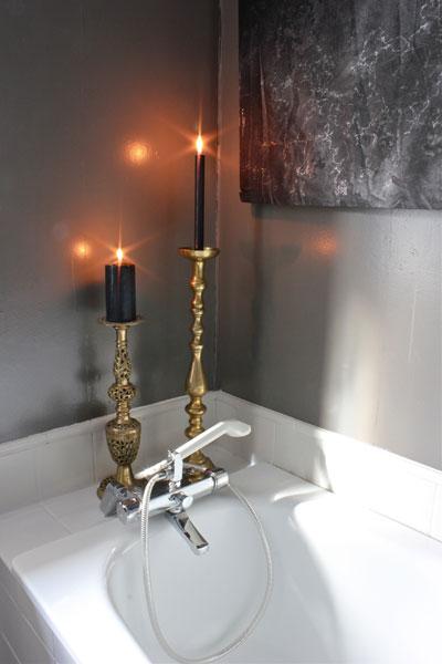 DETALJER: Det er viktig å trives på badet, tente stearinlys på badekarkanten skaper stemning. FOTO: Stina Andersen