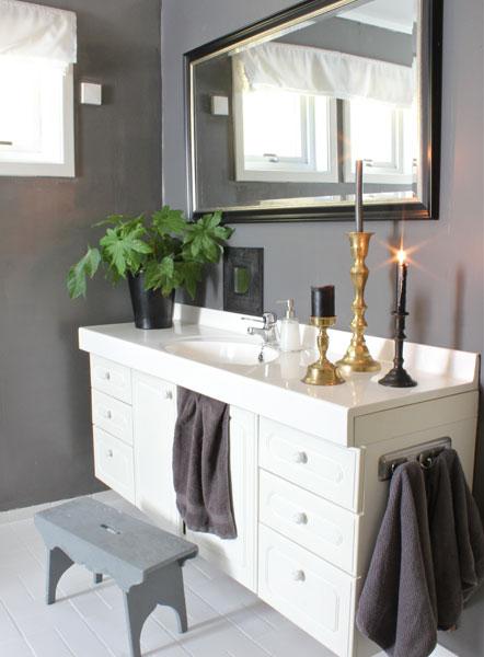 ENKEL OPPDATERING: Overskapene ble erstattet med et speil som hang et annet sted i huset. Store speil øker romfølelsen. FOTO: Stina Andersen
