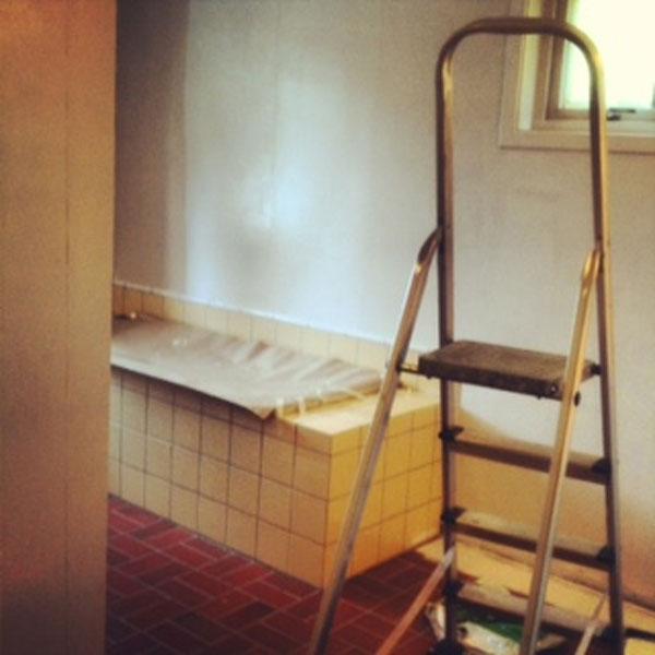 FØR MALING: Slik så det opprinnelige badet vårt ut. Stilen er tydelig 90-talls. FOTO: Stina Andersen