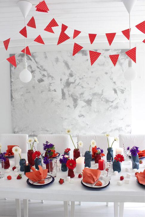 GRATULERER MED DAGEN: Bordet er pyntet med levende lys, jordbær og blomstrende tombokser i rødt, hvitt og blått.