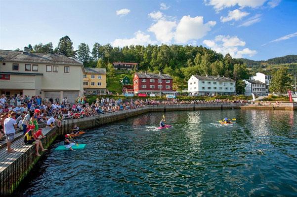 MYE SOM SKJER: På sommertid er det alltid ett eller annet på gang i Ulvik. Bygdefolket er aktive og ofte ute og koser seg. FOTO: Thomas K. Johansen, DNB Eiendom