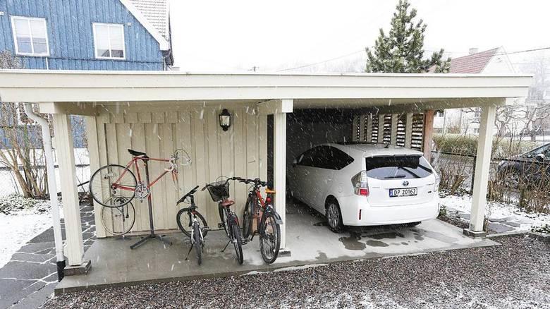 CARPORT: Carposten med sykkelskur og bod har full kjeller med god lagrings- og mekkeplass for en sporty familie. FOTO: Rolf Øhman