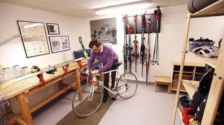 OPPVARMET: I det oppvarmede rommet under garasjen er det god arbeidsplass og systemer for oppbevaring. FOTO: Rolf Øhman