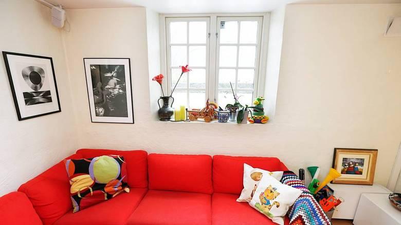 BLE LYST: Familien ble overrasket over hvor lyst det ble med stort vindu i lysgrav. FOTO: Rolf Øhman
