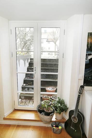 ET STORT PLUSS: Glassdøren ut til hagen er et stort pluss for hele kjelleren - og huset. FOTO: Rolf Øhman