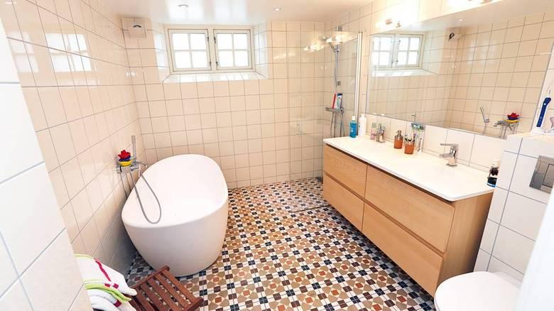 NYTT BAD: Kjelleren er nå delt mellom enhetene i tomannsboligen. I det gamle fellesvaskeriet ble det bygget nytt bad. FOTO: Rolf Øhman