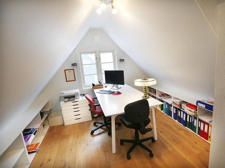 HJEMMEKONTOR: Det er høyt til gavlen på huset, og loftet ble innredet til hjemmekontor. FOTO: Rolf Øhman