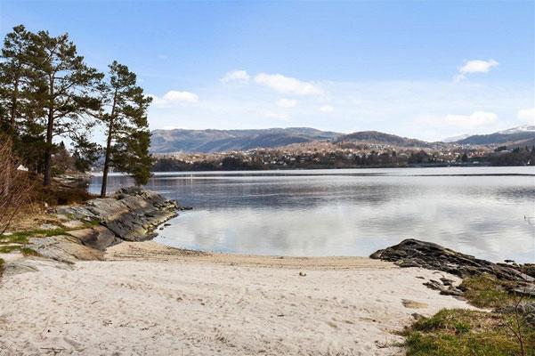 EGEN SANDSTRAND: Kleiven 24 har egen sandstrand. FOTO: DNB Eiendom