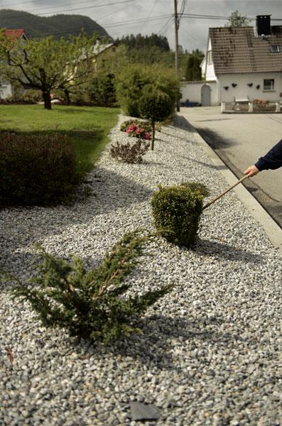 VELGER STEIN: Hjalmar Aasheim bruker gjerne grus fremfor bark i skråninger og bed. FOTO: Gidske Stark