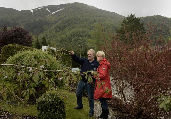 KOMPOSTERER: Varmkompost inne og kaldkompost ute, til sammen blir det god jord. Hageekspert Elisabeth Heggland Urø orienteres. FOTO: Gidske Stark