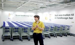 FORNØYD: Varehussjef ved Ikea Åsane, Odd Rune Bjørge, har grunn til å gni seg i hendene over hagemøbelsalget. ARKIVFOTO: Paul S. Amundsen.