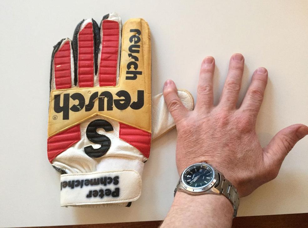 HAR LITT Å HANSKES MED: Dette er hansken til en av verdens beste fotballkeepere gjennom tidene. FOTO: Erik Hanøy