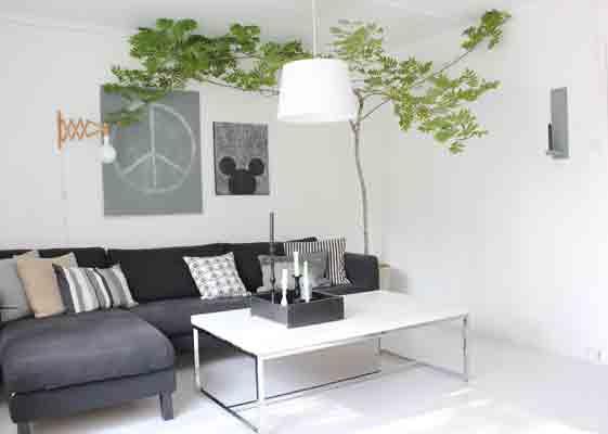SKOGENS RO: Her er treet på plass i stuen. Treet er plantet i fuktig jord i en stor krukke. FOTO: Stina Andersen / Fru Andersen