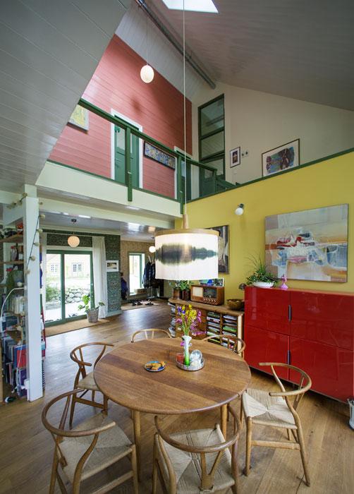 GAMMELT OG NYTT: Kjøkkenet er lyst og åpent, med takhøyde på åtte meter. Spisestuen med Y-stoler fikk de kjøpe da en fornem bergensfamilie skulle selge hytten. FOTO: Jan M. Lillebø