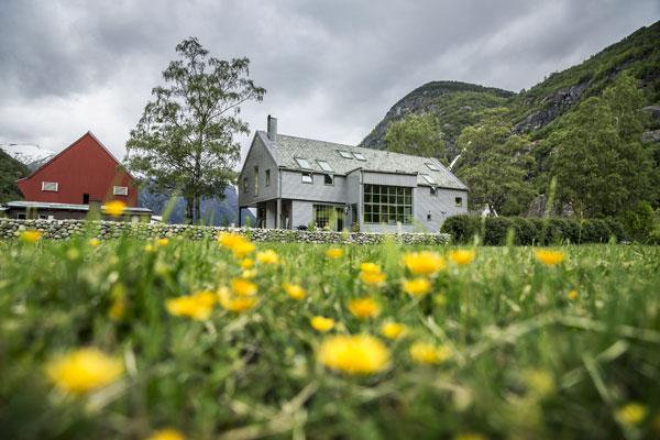 LYSET: Familiens nye privatbolig har et gigantisk vindu på kjøkkenet som vender seg mot lyset, fjellene og grønne bøer. Bygget er tegnet av arkitekt Yngve Brakstad. Foto: Jan M. Lillebø