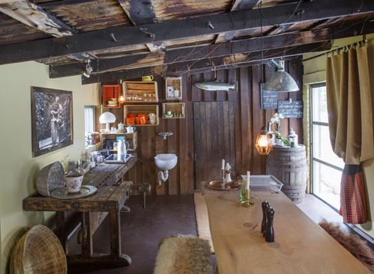 GJENBRUK: Den gamle granen fra prestegården i Sogndal er blitt spisebord. Disken er en gammel høvelbenk. Rammene rundt bildene er laget av materialer fra det gamle kårhuset på gården. Foto: Jan M. Lillebø
