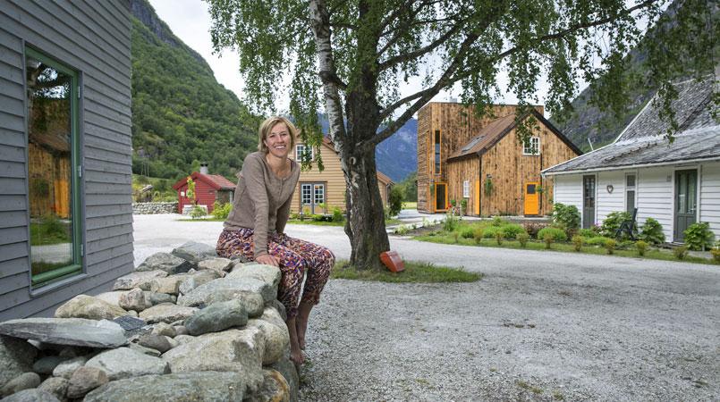 NYTT LIV: Tone har byttet bylivet og journalistkarrieren ut med slowturisme i Aurland. Aldri før har hun hatt det så travelt. FOTO: Jan M. Lillebø
