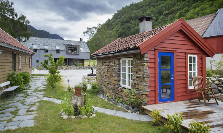 VELVÆRE: På tunet har de eget hus med vedfyrt badstu og badestamp. FOTO: Jan M. Lillebø