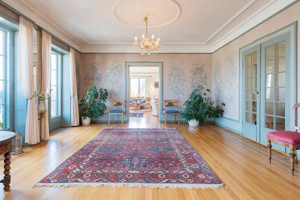 GOD PLASS: I tillegg til de store rommene innendørs, rommer eiendommen hele 1,7 mål. FOTO: Nordvik & Partners