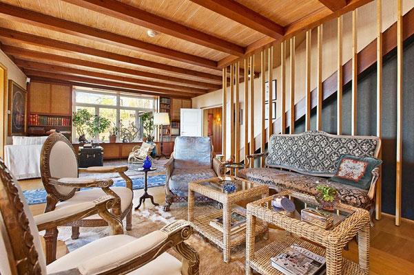 TØMMER: Hovedbygningen er hovedsaklig bygget i laftet tømmer over to plan, i tillegg til kjeller. Innredningen er fra 1960-tallet og består i hovedsak av malte, glatte fronter, parkett, heldekkende tepper, eikepanel og originale tregulv. FOTO: Eie