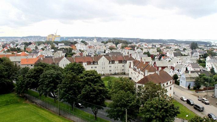 """""""DE TUSEN HJEM"""": Det er benevnelsen på de 54 kommunale leilighetene, som nok har vært hjemmet til enda flere enn 1000 mennesker i løpet av de siste 100 årene. Nå er alle tomme og til salgs. FOTO: Haugesund kommune"""