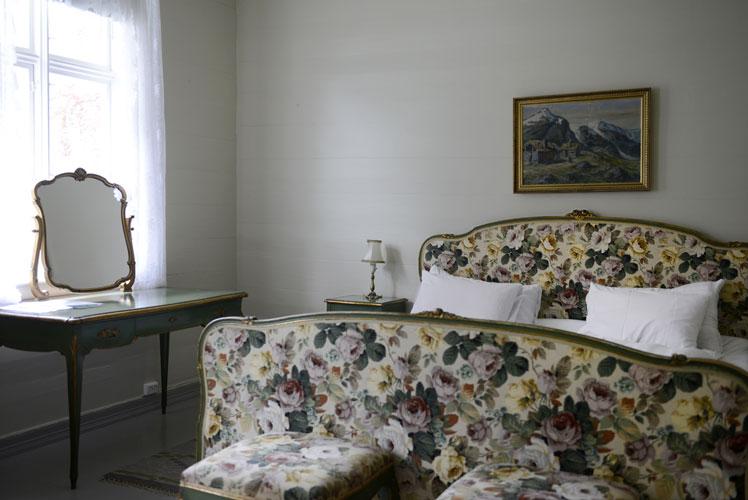 BLOMSTER: Hotellet er et skattkammer av møbler fra ulike tidsepoker. Carrie har brukt flere uker på å finne ut hvilke møbler som hører sammen. FOTO: Gidske Stark