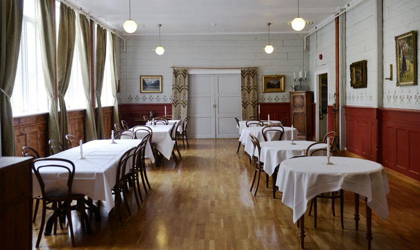 TIL BORDS: Spisesalen har original, sjablonmalt blomsterdekor over brystningspanelet.  FOTO: Gidske Stark