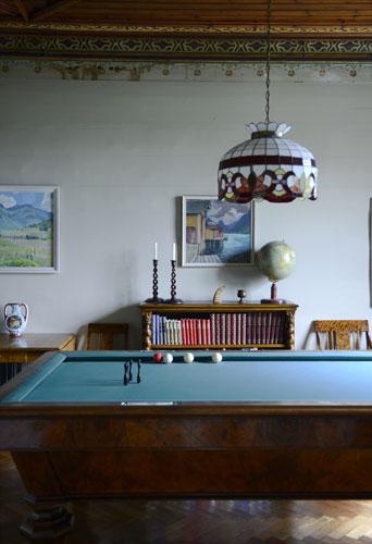 INGEN TV: Hotellet har ikke fjernsyn, men inviterer gjestene til sosialt samvær over spill og musikk. FOTO: Gidske Stark