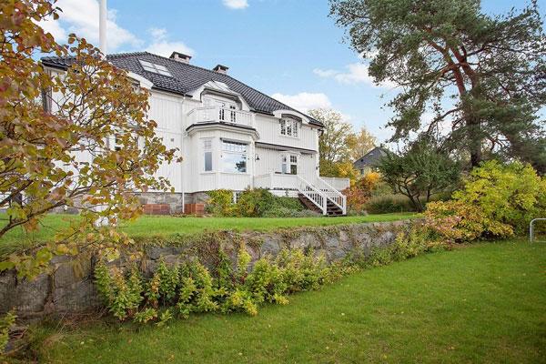 SOLVEIEN: Fra dette huset har man panoramautsikt over hele Oslofjorden. FOTO: Privatmegleren