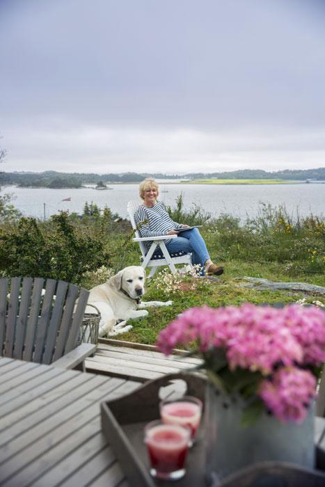 STILLE: - Her slapper jeg av, sier Siren. Labradoren Ollie (snart 12) har ingen problemer med å følge hennes eksempel. FOTO: Jan M. Lillebø