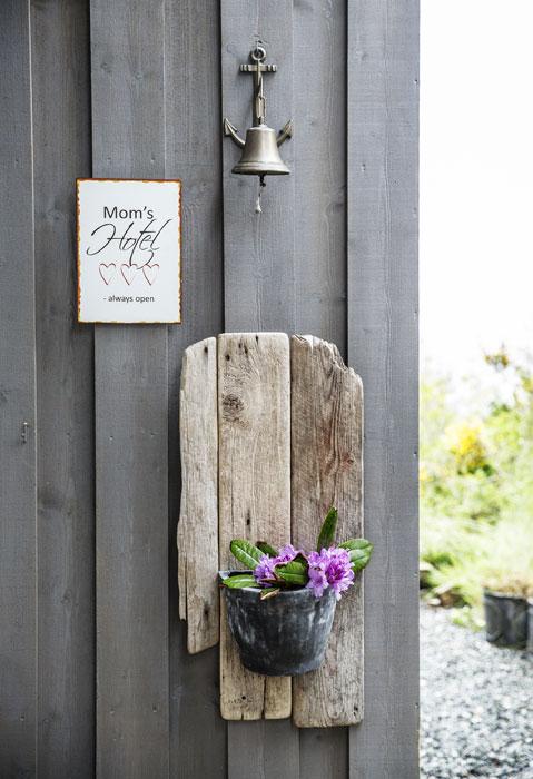 ÅPENT: Sirens «hotell» er alltid åpent - i alle fall på sommerstid. Blomsterholderen er en gave fra Sirens fetter, som også er kreativ og nevenyttig hyttenabo. FOTO: Jan M. Lillebø