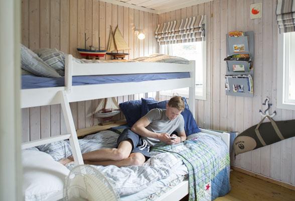 TRIVES: Cedric (17) stortrives på hytten, og har god plass på rommet til en kompis eller to. FOTO: Jan M. Lillebø
