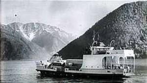 I TRAFIKK: Slik så det ut da MS «Sagvåg», den gang MS «Fjærlandsfjord» gikk i trafikk mellom Fjærland og Gudvangen. Bildekket hadde plass til 22 biler.