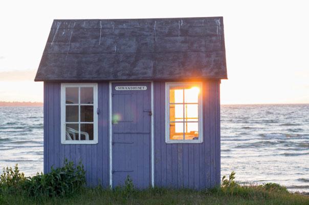 VAKKERT: Solnedgangen ved Vesterstrand er et mål for mange på kvelden, og gjør badehusene ekstra vakre. FOTO: Alf Ole Hansen
