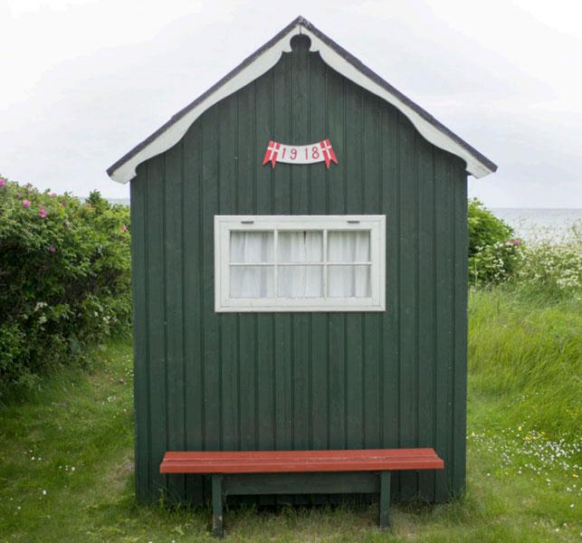 GAMMELT: 1918. Så vet en årstallet for dette huset, som ser ut til å være et av de første private badehusene på Ærø. FOTO: Alf Ole Hansen
